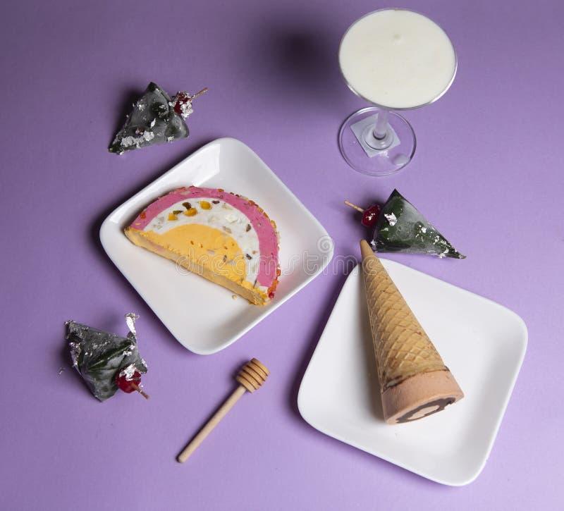 Мороженое в плитах со сладкими лотком и конусом стоковые фотографии rf