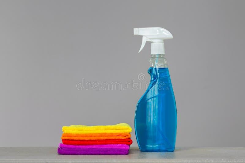 Набор красочных очищая одежд и очищая агента в голубой бутылке брызг стоковые фото