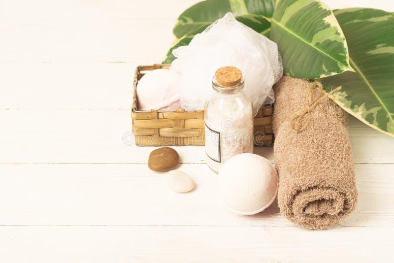 Набор деталей для процедур по спа Соль для принятия ванны, полотенце, губка на заводе предпосылки Красота и концепция заботы тела стоковые фото