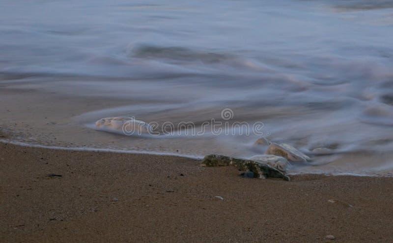 Нажим волны вода на песке стоковое фото rf