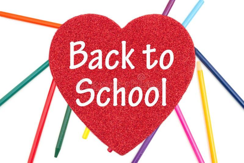 Назад обучить сообщение на красном сердце с покрашенными карандашами акварели стоковое изображение rf