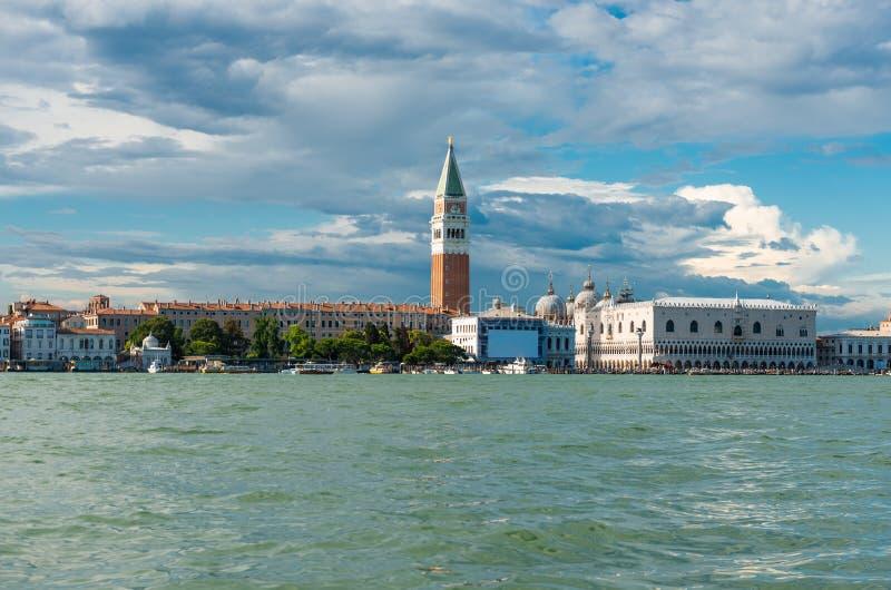Наземный ориентир Венеции, взгляд от моря аркады Сан Marco или квадрата St Mark, колокольня и Ducale или дворец дожа стоковое изображение rf