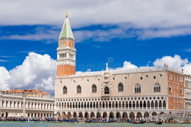 Наземный ориентир Венеции, взгляд от моря аркады Сан Marco или квадрата St Mark, колокольня и Ducale или дворец дожа Италия стоковое изображение rf