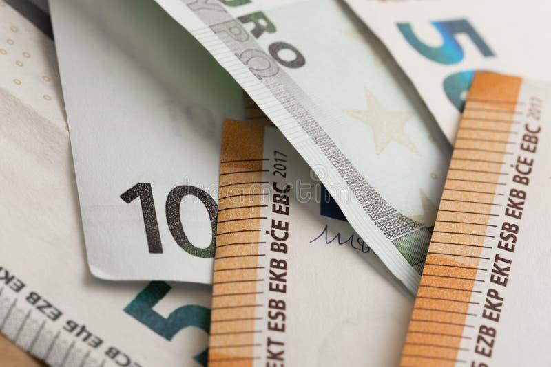 накрените веревочка примечания дег фокуса 100 евро 5 евро Наличные деньги евро Банкноты денег евро стоковая фотография rf