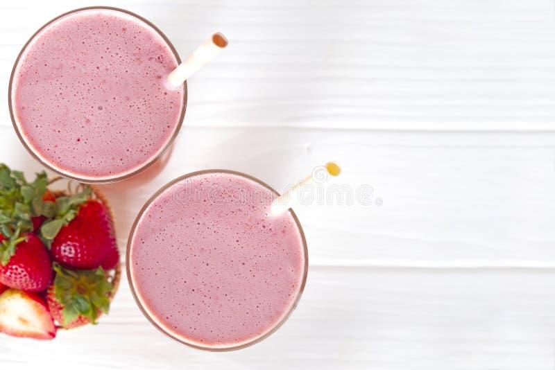 Напитка смеси milkshake фруктового сока пинка smoothie фруктового сока йогурта клубники протеин красочного здоровый высоко- вкус  стоковая фотография rf