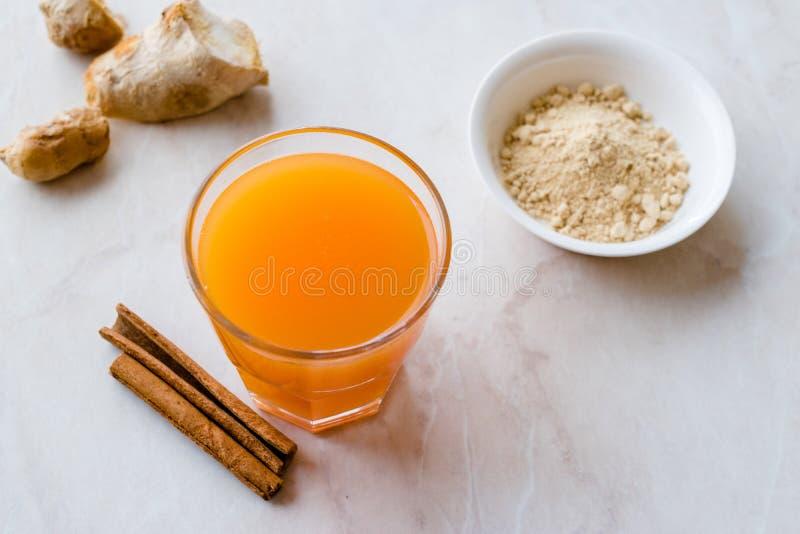 Напиток Jamu здоровый азиатский с ручкой турмерина и циннамона, апельсиновым соком стоковая фотография rf