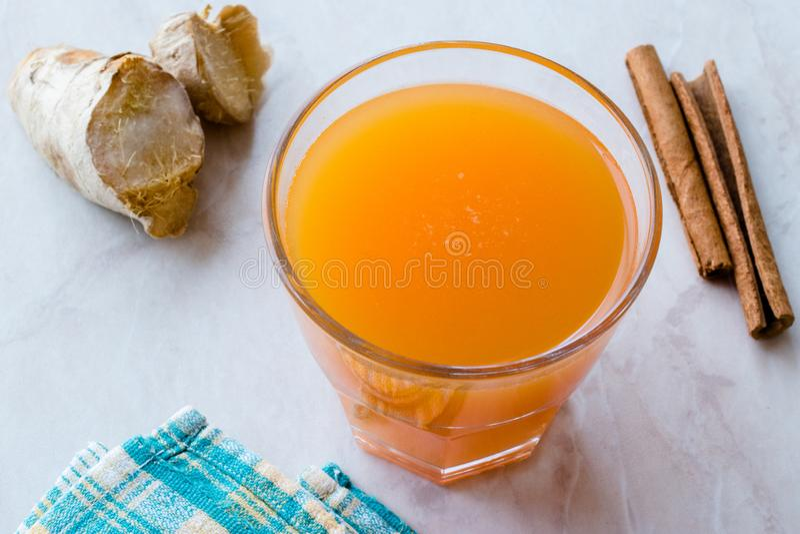 Напиток Jamu здоровый азиатский с ручкой турмерина и циннамона, апельсиновым соком стоковые изображения rf