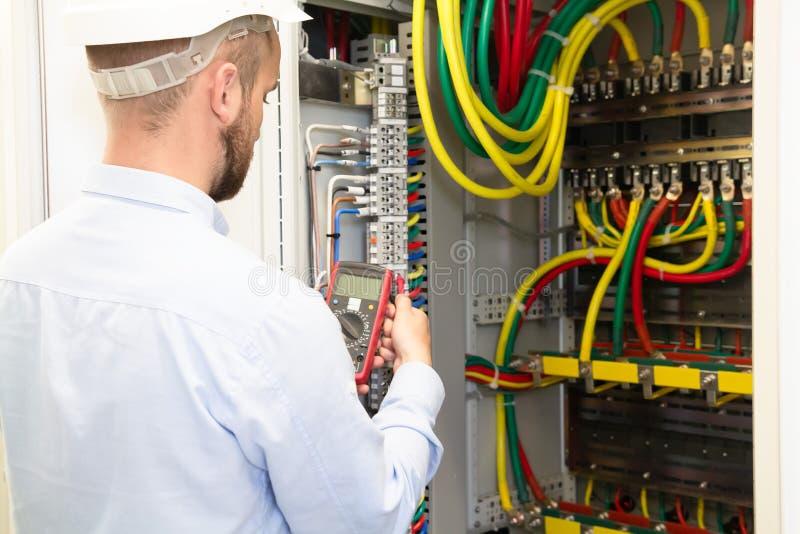 напряжение тока измерения инженера обслуживания станции стоковая фотография rf