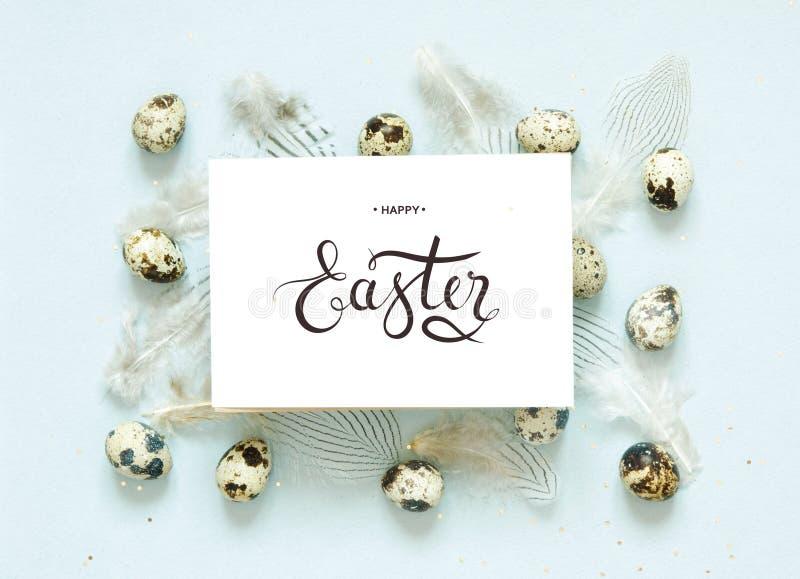 Надпись счастливая пасха Картина с яйцами триперсток и подфлюгированием стоковые фотографии rf