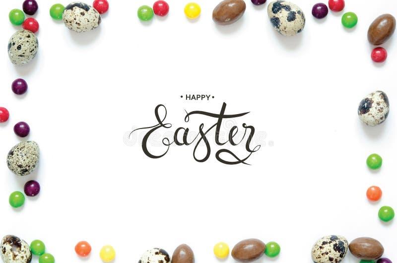 Надпись счастливая пасха Пасхальные яйца, пестротканые помадки стоковые изображения rf