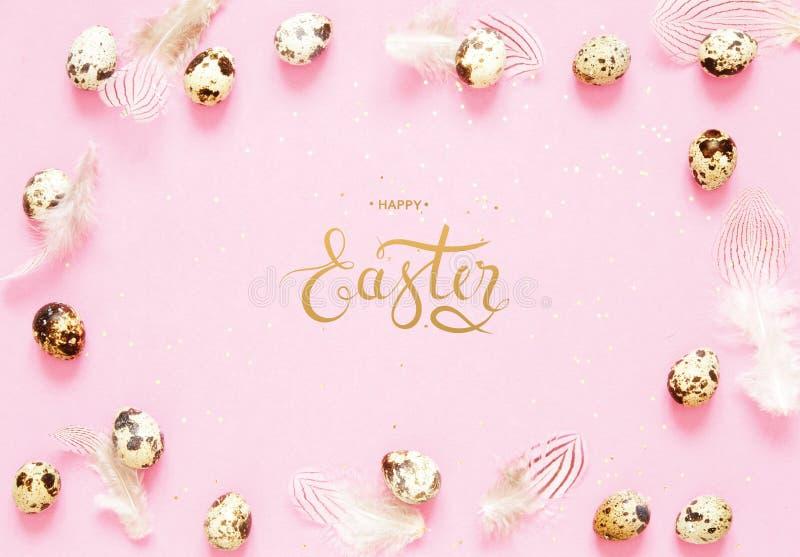 Надпись счастливая пасха Состав пасхи с пасхальными яйцами и пер стоковое изображение rf
