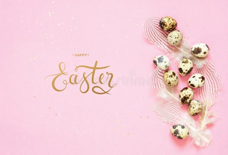 Надпись счастливая пасха Состав пасхи с пасхальными яйцами и пер стоковое изображение