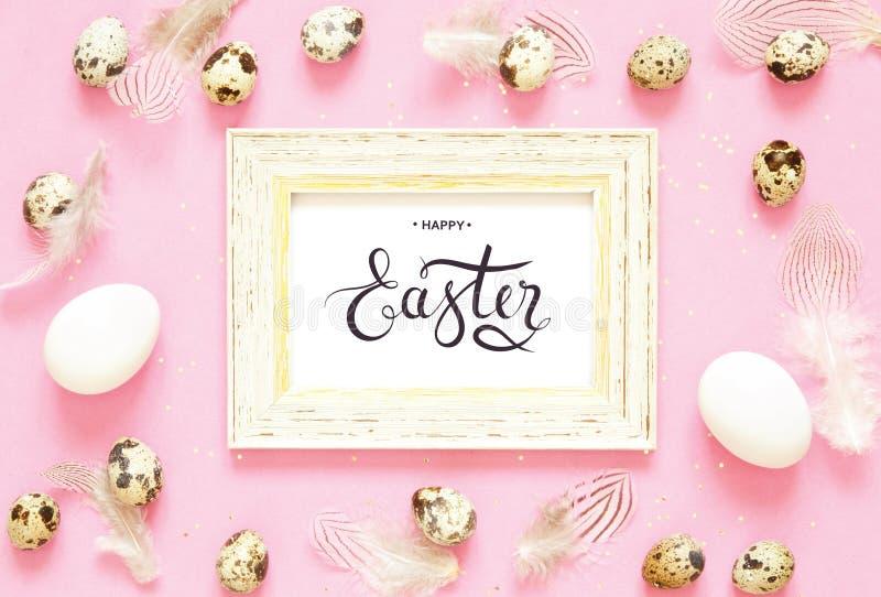 Надпись счастливая пасха Состав пасхи с пасхальными яйцами и пер стоковые фото