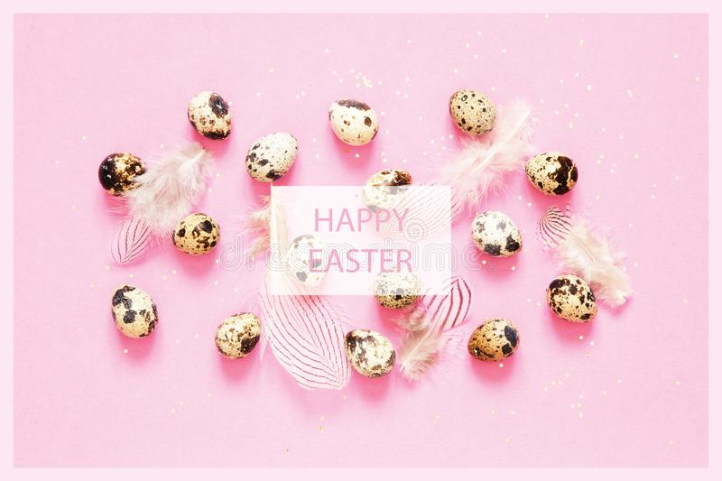 Надпись счастливая пасха Состав пасхи с пасхальными яйцами, и пер стоковое изображение rf