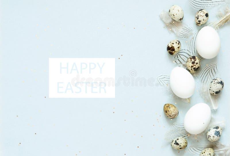 Надпись счастливая пасха Состав пасхи с пасхальными яйцами, и пер стоковые фото