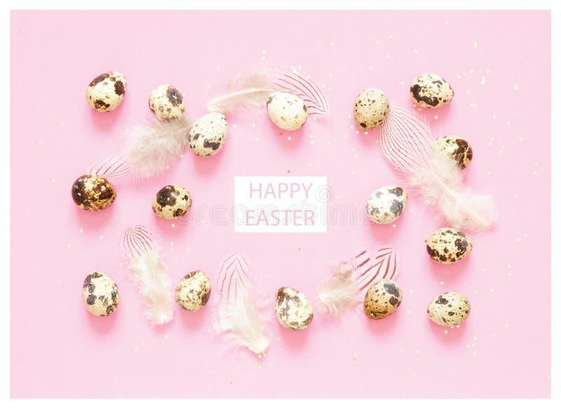 Надпись счастливая пасха Состав пасхи с пасхальными яйцами, и пер стоковое изображение