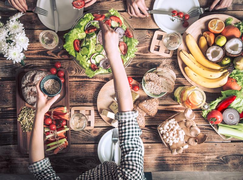 Наслаждаться обедающим с друзьями Взгляд сверху группы людей имея обедающий совместно стоковое изображение