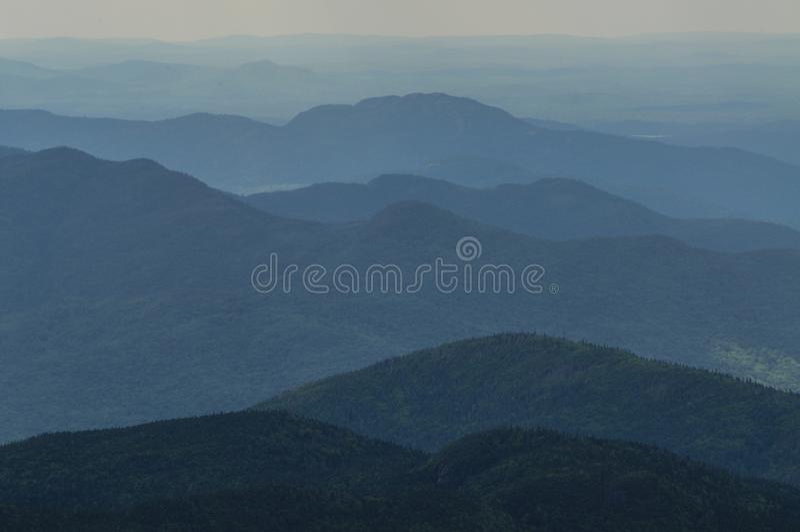 Наслоенные горы, район дикой природы высоких пиков, заповедник леса Adirondack, Нью-Йорк США стоковая фотография rf