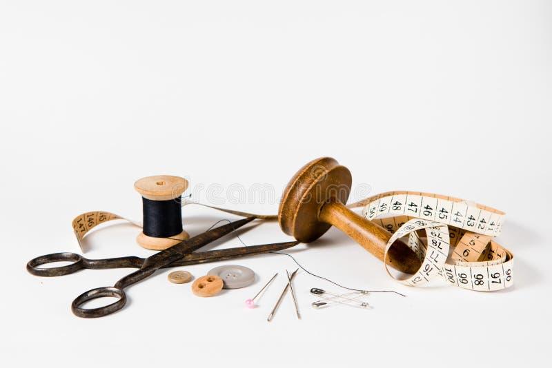 Натюрморт портноя установил - винтажные инструменты для handmade изготовленной на заказ портняжничая индустрии стоковое изображение rf