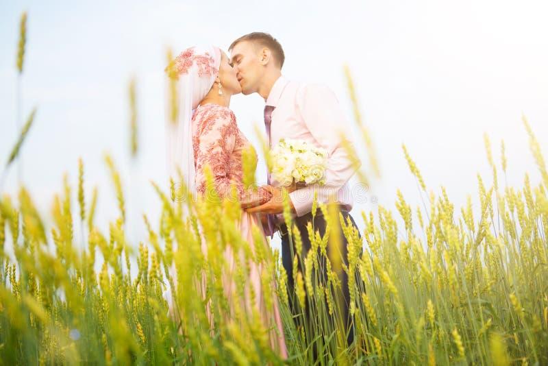 Национальная свадьба Жених и невеста в поле Пары свадьбы мусульманские во время свадебной церемонии Мусульманское замужество стоковая фотография