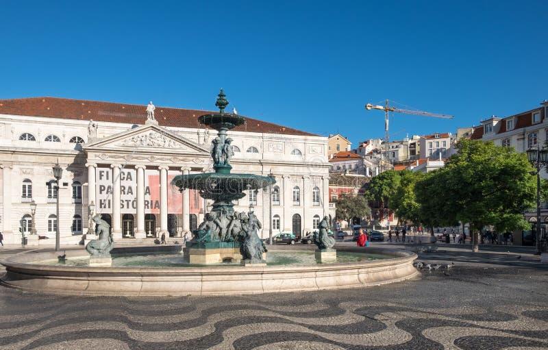 Национальный театр D Мария II (Teatro Nacional d Мария II) и фонтан на квадрате Dom Педро IV в Лиссабоне Porugal стоковая фотография