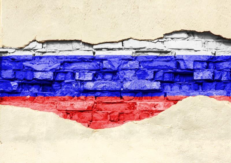 Национальный флаг России на предпосылке кирпича Кирпичная стена с частично разрушенными гипсолитом, предпосылкой или текстурой стоковое фото