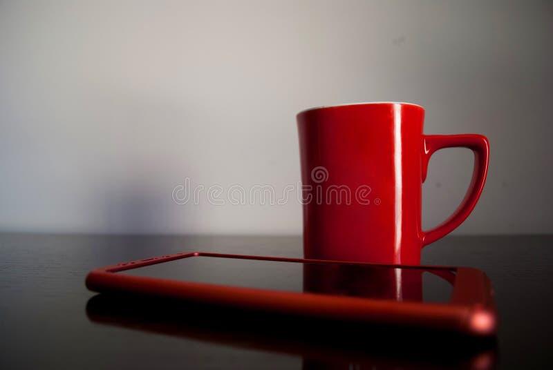 Начала утра от телефона и большой чашки кофе стоковое фото rf