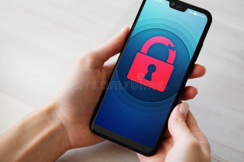 Нарушение требований безопасности открывает значок padlock на экране мобильного телефона Концепция предохранения от кибер стоковое фото rf