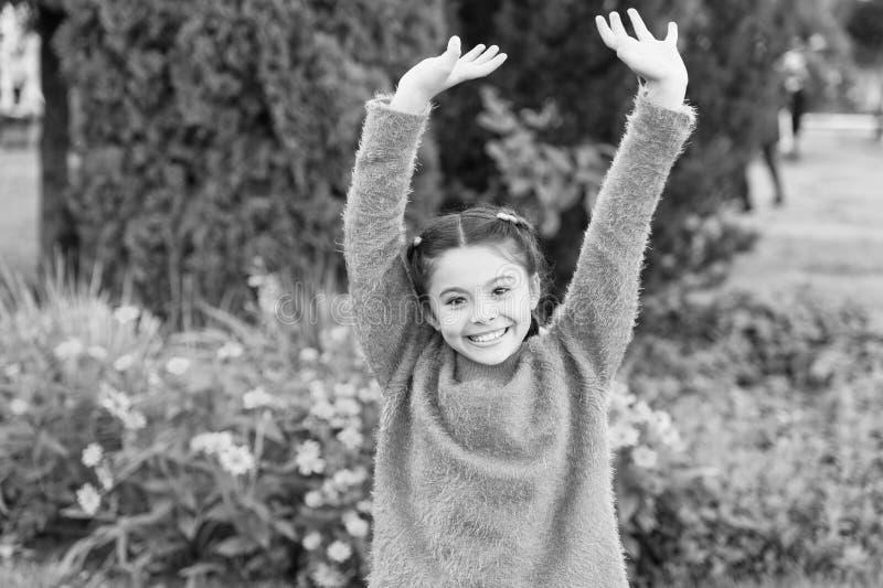 На выходных я сделать потеху Ребенок девушки имеет некоторую потеху в осени Счастливая девушка на ландшафте осени Усмехаться небо стоковое изображение