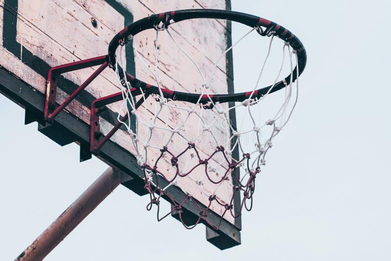 На открытом воздухе баскетбольная площадка на предпосылке идеи концепции хобби предпосылки неба природы восхода солнца здоровой стоковая фотография