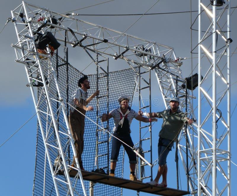 На открытом воздухе воздушные художники trapeze цирка в воздухе стоковые изображения rf