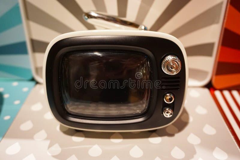 Небольшое телевидение в красочной предпосылке стоковые изображения
