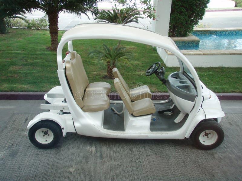 Небольшой автомобиль гольфа на тропическом курортном отеле стоковые фото
