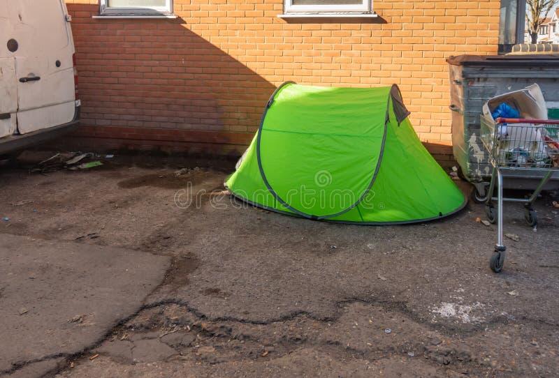 Небольшой зеленый шатер используемый бездомным человеком и установкой в проходе стоковые изображения rf