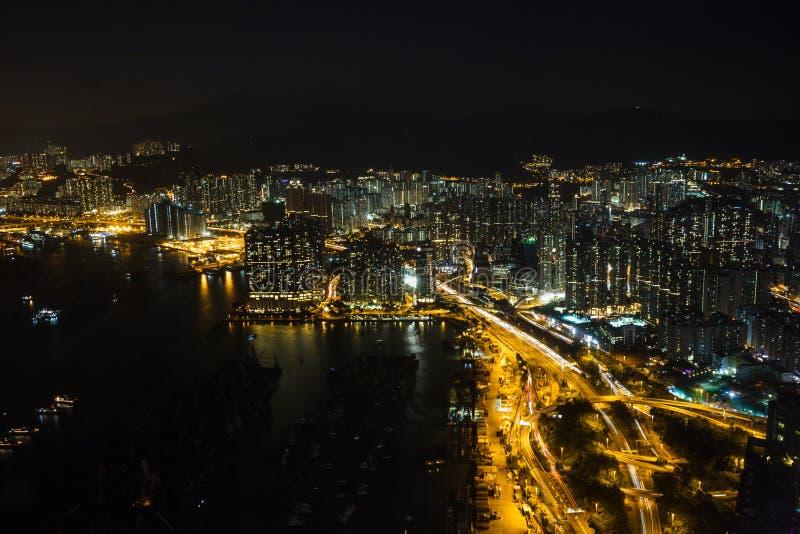 Небоскребы Гонконга ночи со светами киберпанка стоковое фото rf