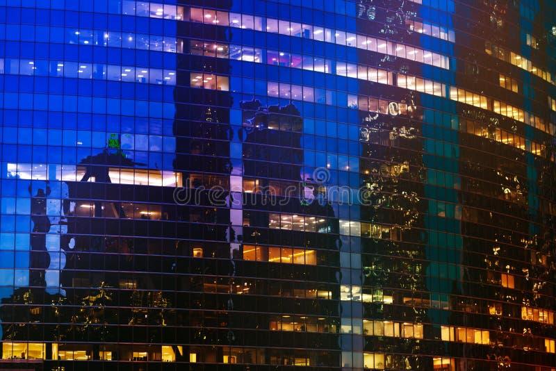 Небоскреб Чикаго с облегченными окнами вечером стоковое фото