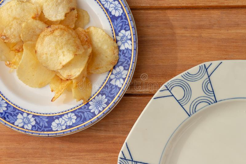 Некоторые куски салями на старой керамической плите на деревянной деревенской таблице стоковые изображения rf