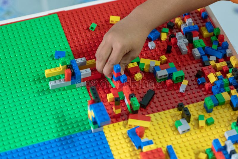 Немногое дети играет игрушки в доме стоковые изображения