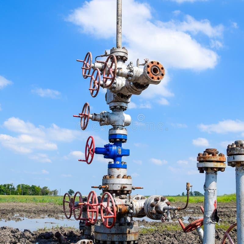 Нефтяная скважина после ремонта в грязи и лужицах стоковые фото