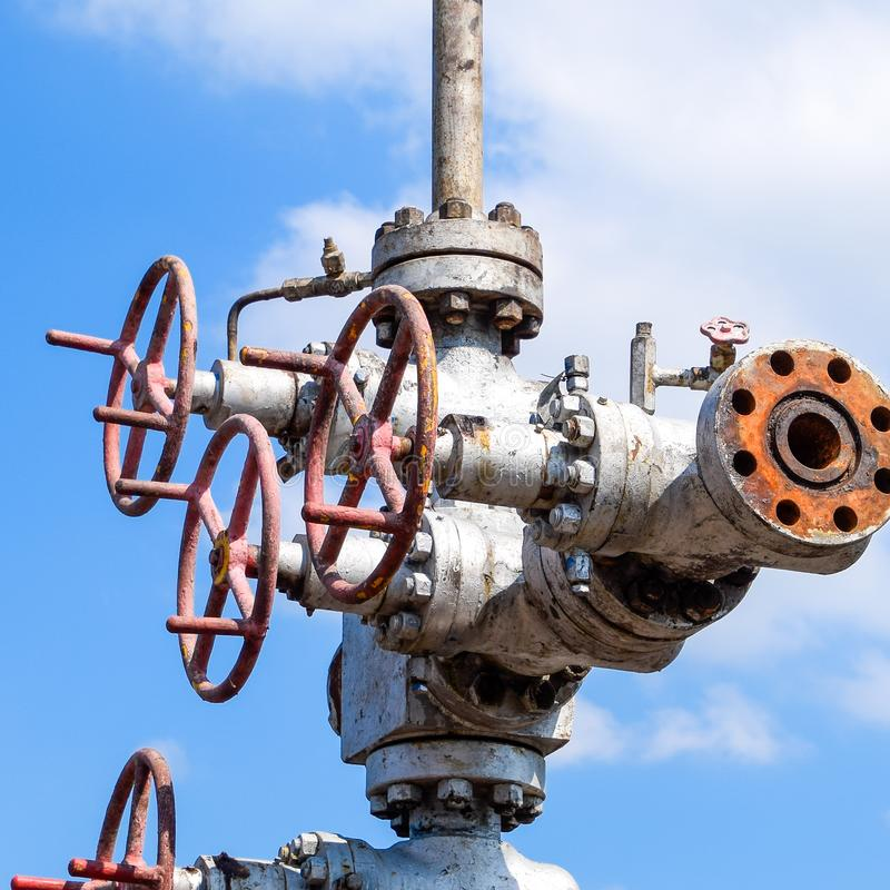 Нефтяная скважина после ремонта в грязи и лужицах стоковое фото rf