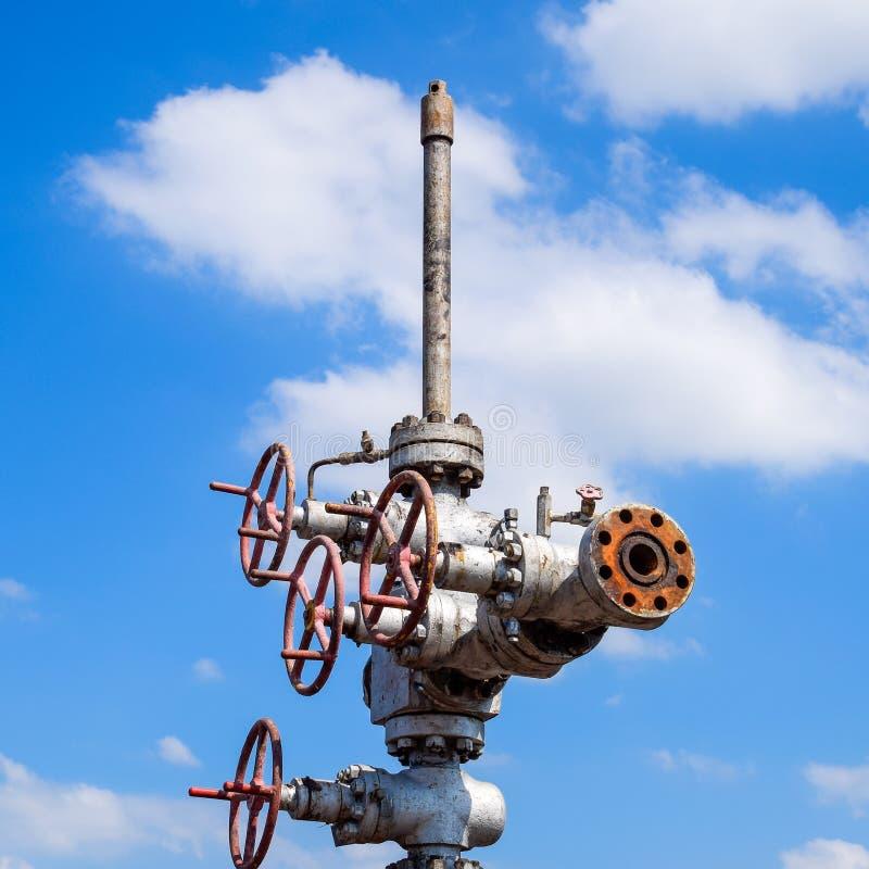 Нефтяная скважина после ремонта в грязи и лужицах стоковая фотография