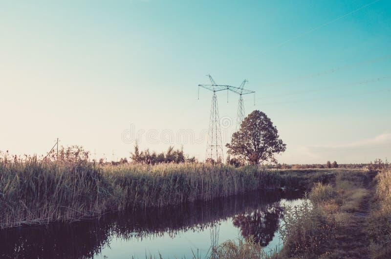 Нечистоты от сточной трубы загрязняют концепцию реки/экологичности озера: вода фонтанируя от сточной трубы к реке стоковые фотографии rf