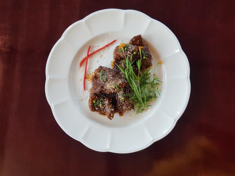 Нервюры и рис зажаренной в духовке свинины в лист банана в оболочке с розовым чаем стоковые изображения