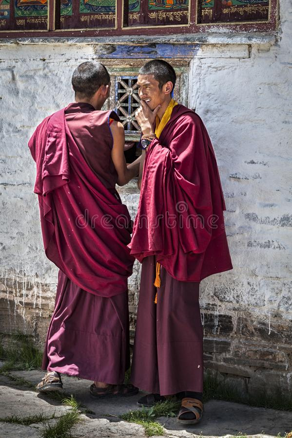 Неопознанные молодые тибетские монахи во дворе  монастыря Mindroling - Zhanang County, префектуры Shannan, Тибета стоковая фотография