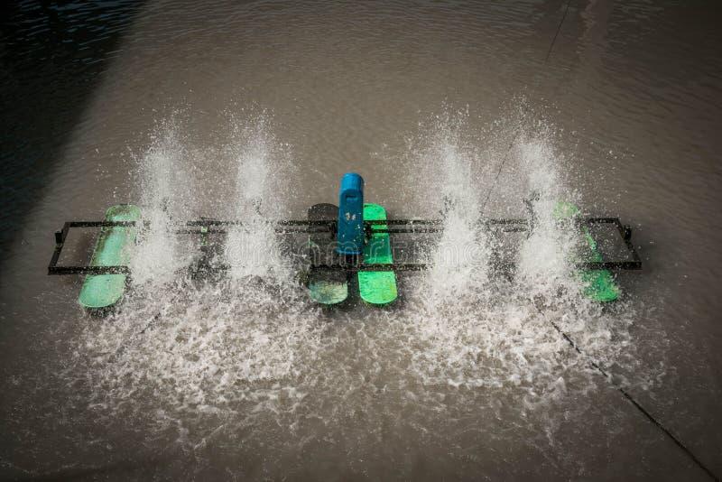 Низкоскоростная поверхностная деятельность аэратора на воде стоковые фотографии rf