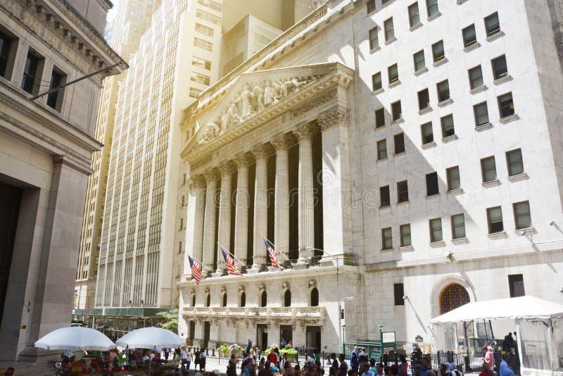Нью-Йорк, известный Уолл-Стрит и историческое здание под солнечным светом, США фондовой биржи, 29-ое августа 2016 стоковое фото
