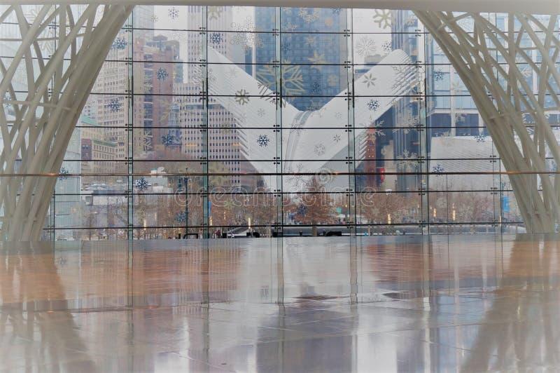 Нью-Йорк, Нью-Йорк/США - 02 19 2018: Экстерьер эпицентра деятельности транспорта станции WTC всемирного торгового центра стоковое фото rf