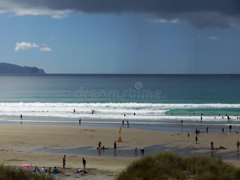 Новая Зеландия: Шторм дождя пляжа прибоя Mangawhai стоковая фотография rf