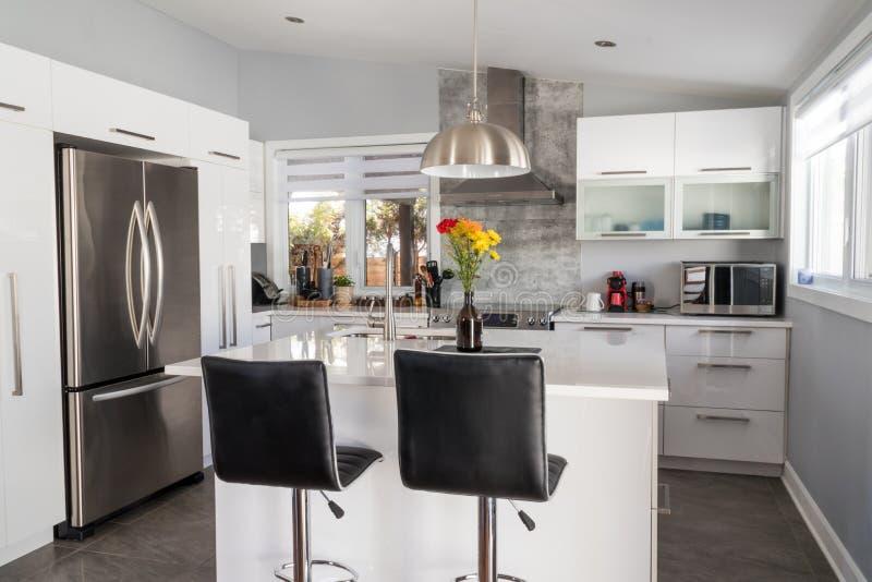 Новая современная домашняя кухня с островом стоковое изображение rf