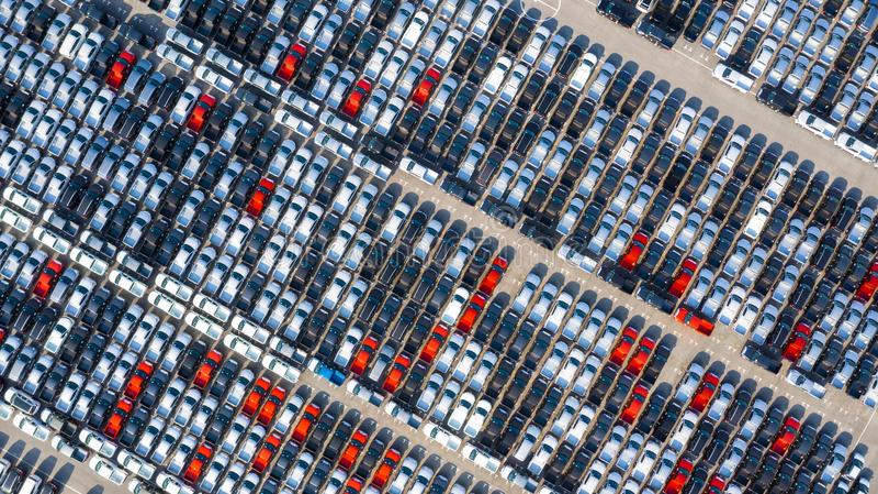 Новый автомобиль выровнянный вверх в порте для импорта автомобиля дела и экспорта логистических, вида с воздуха стоковое изображение rf